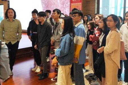 广轻学院设计系参观团到访浪鲸卫浴学习交流韶山